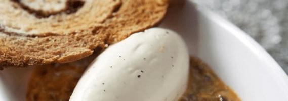 Vit choklad- och vaniljmousse med passionsfrukt och kanelcrostini